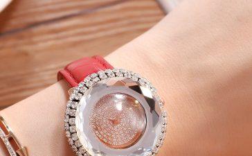 أجمل ساعات اليد باللون الأحمر لإطلالة مرحة وساحرة للعروس الجريئة