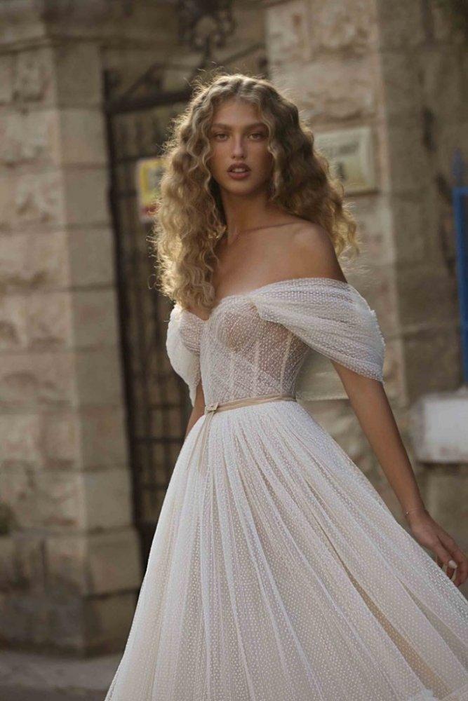 فستان زفاف بأكمام منسدلة وحزام رفيع باللون البيج من علامة BERTA