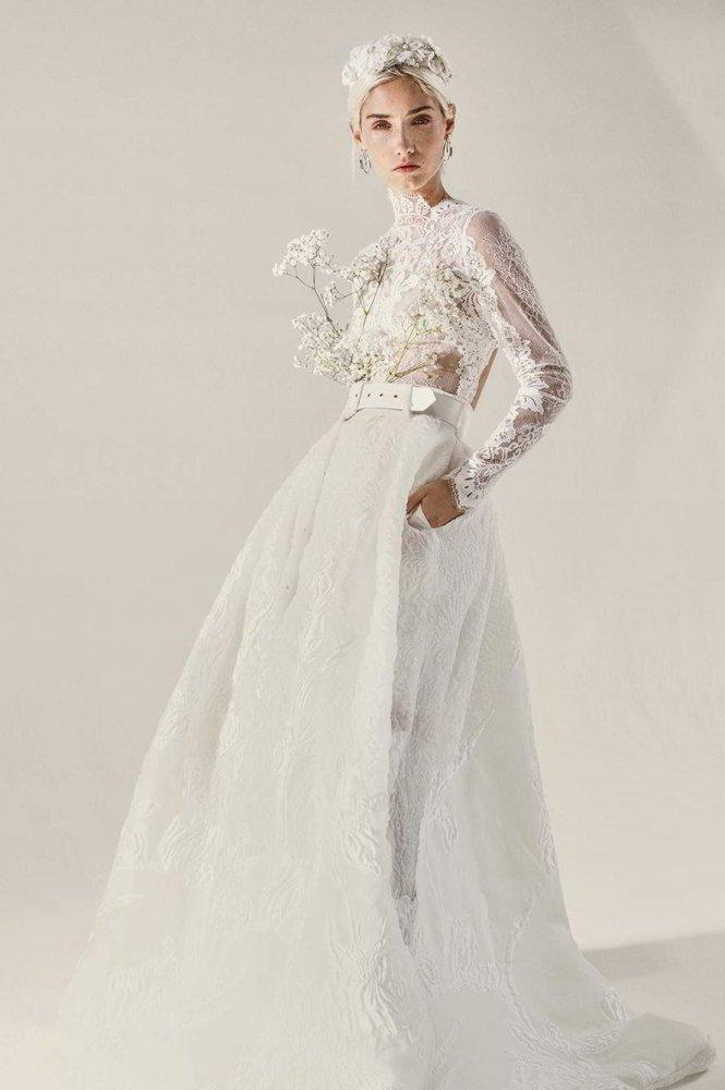 فستان زفاف من الدانتيل مع حزام عريض عند الخصر من علامة Yolancris