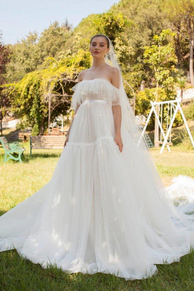 فستان زفاف بسيط من التول مع حزام من الساتان عند الخصر من تصميم جورج حبيقة