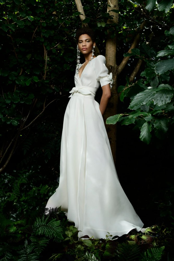 فستان زفاف أبيض ناعم مع حزام في شكل فيونكة عند الخصر والذارعين من تصميم نعيم خان