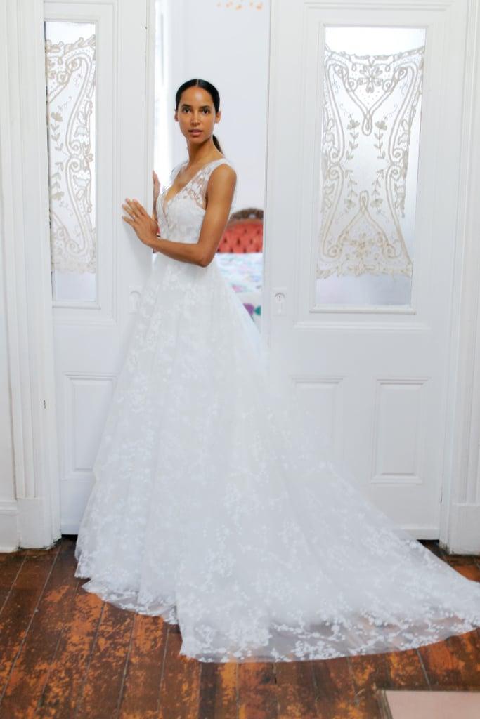 فستان زفاف بتنورة منفوشة عند الخصر وكتف واحد