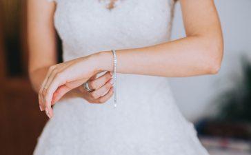أساور رفيعة من الذهب الأبيض لعروس صيف 2021
