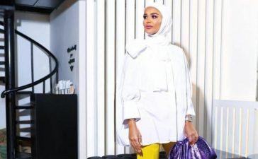 القميص الأبيض مع الحجاب